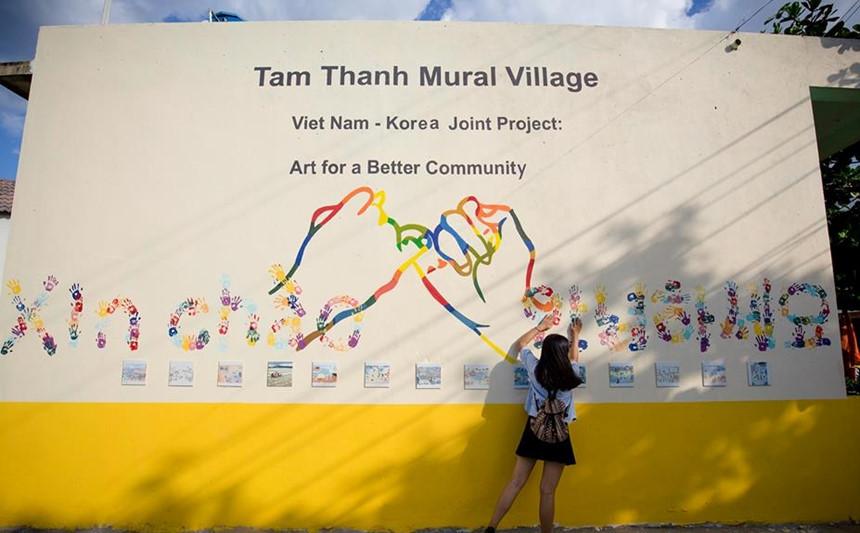 """Xuất hiện từ năm 2016, Tam Thanh là ngôi làng bích họa đầu tiên ở nước ta, sản phẩm của dự án giao lưu mỹ thuật cộng đồng Hàn Quốc - Việt Nam. Các họa sĩ 2 nước đã """"phù phép"""" cho bức tường cũ kỹ của hơn 100 ngôi nhà trong làng trở thành những bức tranh 3D sinh động, độc đáo. Ảnh: Nguyễn Ngọc Pháp."""