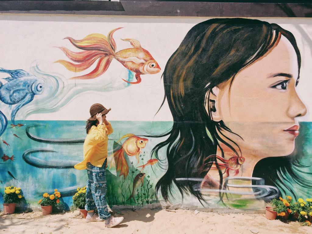 Các bức tranh ở làng bích họa Tam Thanh chủ yếu mô tả cuộc sống thường nhật của người dân làng chài hay những câu chuyện trẻ thơ gần gũi, giản dị với gam màu tươi, bắt mắt. Ảnh: Huong Mymy.