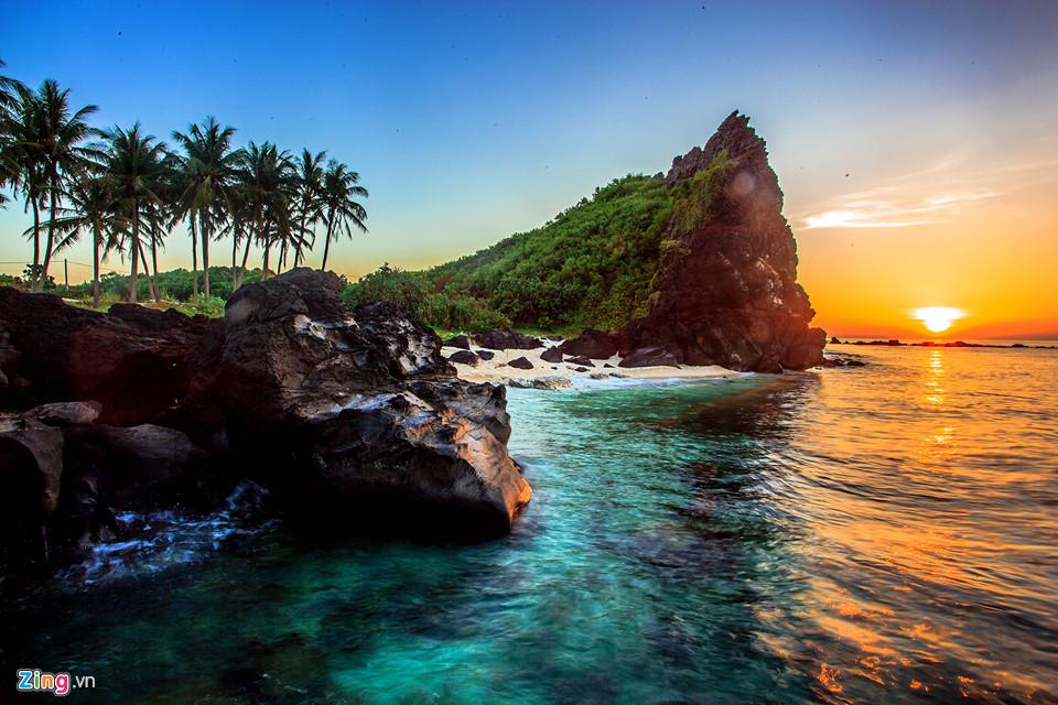 Bình minh ở thắng cảnh hòn Đụn, đảo Bé Lý Sơn. Các chuyên gia xác định khu vực này có 3 miệng núi lửa (một miệng trên cạn và hai miệng núi lửa ngầm). Đây là các miệng núi lửa hình thành trong các đợt phun trào núi lửa khoảng 1 triệu năm trước.