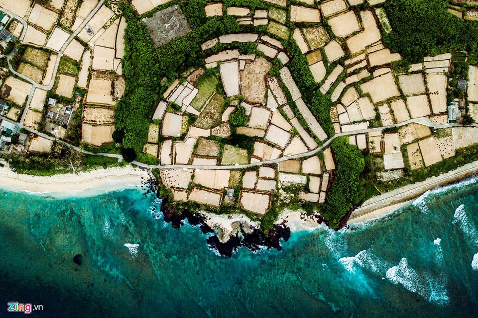 Từ trên cao, những ô ruộng hành, tỏi bao quanh trầm tích núi lửa Hòn Đụn mở ra không gian thanh bình ở đảo Bé Lý Sơn.