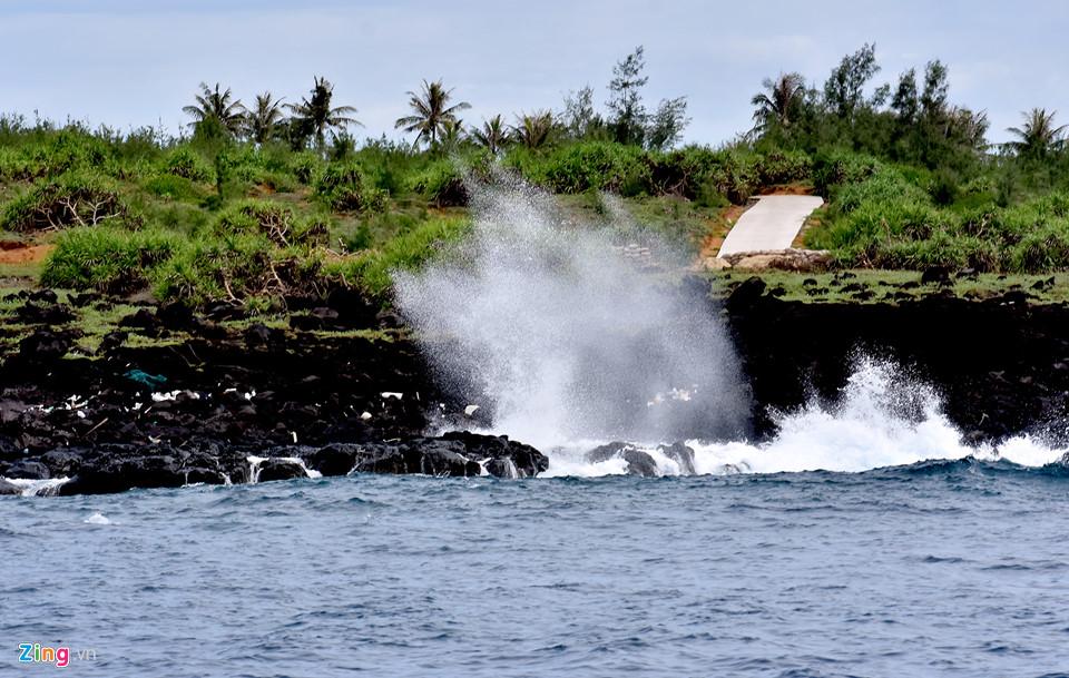 """Biển vỗ bờ vào bãi đá trầm tích núi lửa ở đảo Bé tạo nên những """"ngọn sóng"""" phun trào cao 2-3 m mang đến cảm giác thích thú cho du khách."""