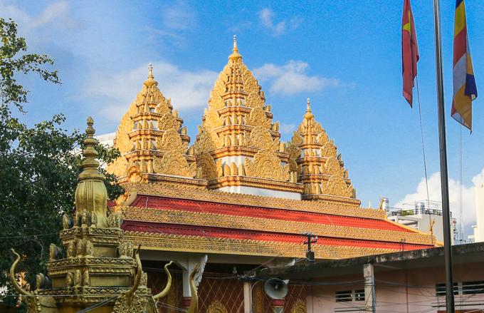 Lối vào chánh điện có những bức phù điêu Đức Phật Thích Ca với các kiểu dáng khác nhau được chạm trổ tinh xảo.