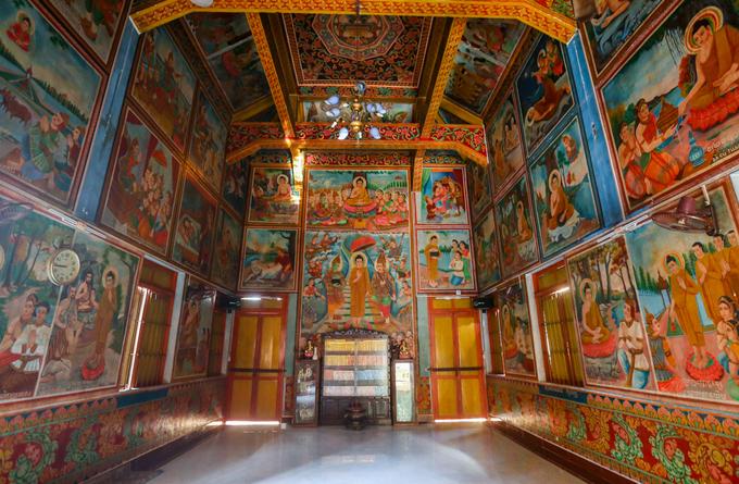 Mang đặc điểm của Phật giáo Nam tông nên trong chánh điện chỉ thờ duy nhất Phật Thích Ca, không thờ Bồ tát và các vị thần linh. Quanh bốn góc tường, trên trần mái là những bức tranh lớn kể lại câu chuyện về quá trình tu đạo của Đức Phật.