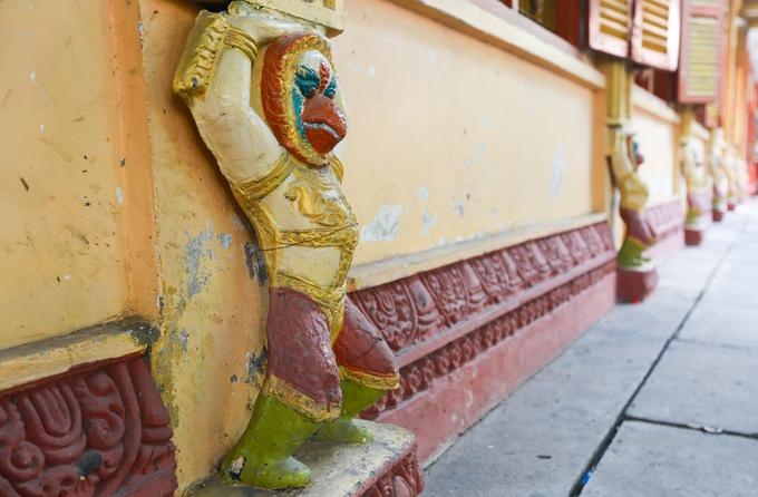 Trên các góc, tường, mái, cột của chùa có trang trí hình chim thần Garuda, rắn thần Naga, tượng Cầy No, tượng Phật Thích ca...