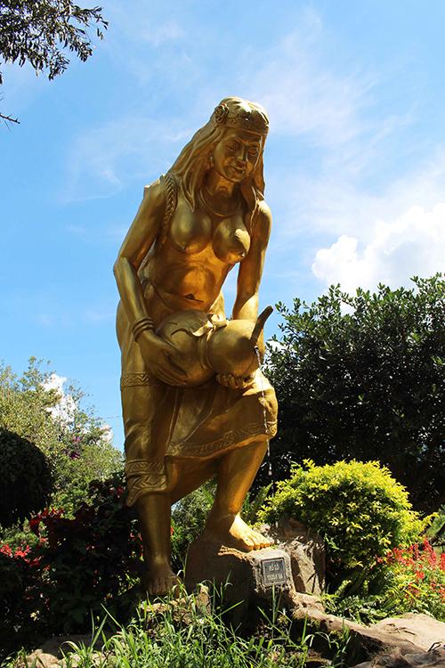 Vườn đá Thái Dương cũng là điểm dừng chân bạn không nên bỏ qua. Giữa một khoảng rừng thông thoáng đãng, mỗi một cột đá tái hiện một vị anh hùng dân tộc hay danh nhân văn hóa giúp du khách hiểu thêm về những trang sử đầy tự hào của Việt Nam.
