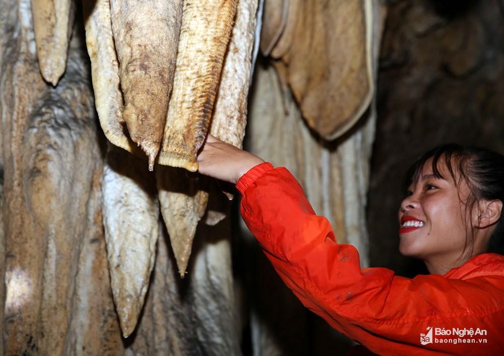 Ông Hà Văn Cảnh - Trưởng bản Tân Sơn cho biết, sau khi hang Thung Bừng được phát hiện, có khá nhiều người lui tới để thám hiểm và khám phá vẻ đẹp, sự kỳ bí của cảnh vật trong hang. Ảnh: Phương Kiên