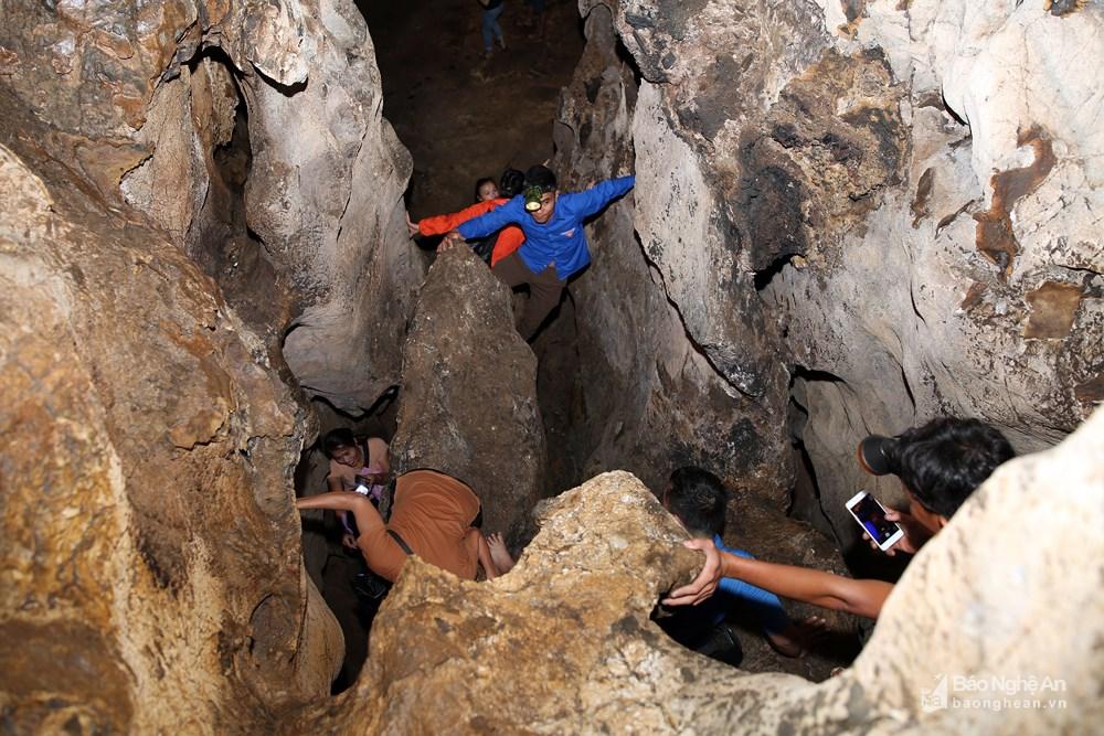 Trần hang Thung Bừng không cao, nền hang không rộng nhưng có nhiều ngách sâu, đòi hỏi người đi phía trong phải khéo léo luồn lách qua những khe cửa hẹp. Ảnh: Phương Kiên.