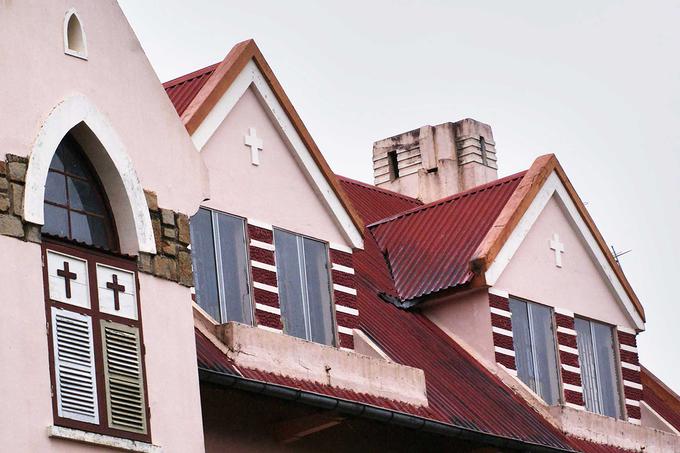Mái nhà thờ cách điệu theo kiểu mái nhà rông Tây Nguyên được lợp ngói màu đỏ. Bố cục kiến trúc nhà thờ được cho là thoát ra hẳn những quy định nghiêm ngặt về kiến trúc tôn giáo tại châu Âu. Domain de Marie không có tháp chuông như những nhà thờ khác.