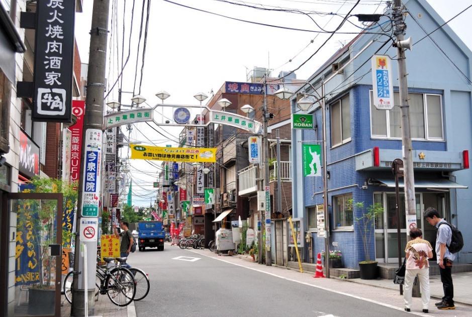 """Người Nhật không có ý niệm """"chỉ làm sạch chỗ của mình"""" mà sẵn sàng cùng mọi người giữ vệ sinh môi trường. Chính việc cả cộng đồng đều nhận thức được việc lao động vì môi trường xung quanh nên họ có tiếng nói chung khi luôn muốn giữ cho đường phố, cảnh quan đô thị sạch đẹp. Vì vậy, không ai đến nước Nhật mà không khỏi trầm trồ, đắm đuối muốn lưu trú tại đất nước Mặt Trời mọc văn minh này mãi. Ảnh: Kyotogram."""