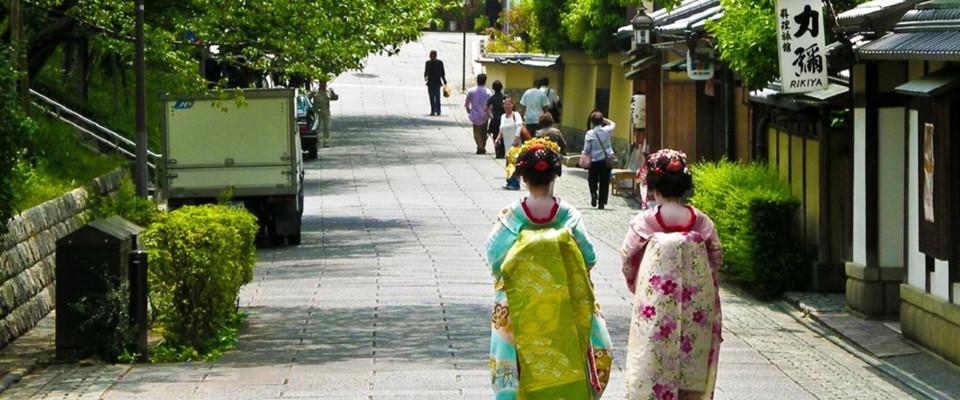 Báo chí nước ngoài thường xuyên thắc mắc câu hỏi liệu có đất nước nào mật độ dân đi lại cao như Nhật Bản mà sạch sẽ, không có thùng đựng chất thải ngoài đường hay không? Truyền thông quốc tế tiếp tục lý giải bí mật cách người dân được nuôi dưỡng, giáo dục ở Nhật Bản để giữ nền văn minh đáng ngưỡng mộ như vậy. Ảnh: JapanTravel.