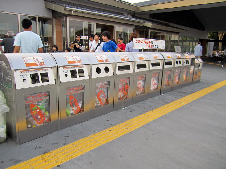 Phân loại thùng rác gọn gàng, ngăn nắp. Việc giữ sạch môi trường của người Nhật Bản cũng rất quy củ, có tổ chức. Không chỉ đơn thuần là cho đúng vào thùng rác, Nhật Bản có hệ thống tiêu huỷ rác tự phân loại các chất thải theo cách hợp lý. Tất cả các loại rác thải đều được phân loại rõ ràng từ những vật liệu đốt được, không đốt được hay chay nhựa, đồ hộp, thuỷ tinh vỡ, đồ hộp… Thùng rác nơi công cộng của Nhật Bản được chia làm ít nhất 3 loại. Do đó, việc người dân phải suy nghĩ kỹ trước khi vứt rác đúng loại thùng nếu họ không muốn bị phạt hành chính hoặc nghiêm trọng hơn có thể… vào tù. Ảnh: JapanTravelCafe.