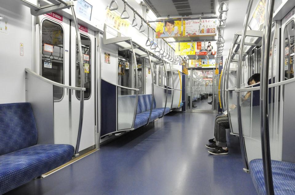 Những nhân viên vệ sinh luôn túc trực trên đường phố, phương tiện công cộng để phục vụ du khách. Tokyo từ lâu đã thúc đẩy công nghệ làm sạch và tái chế rác thải trong nước. Hệ thống giao thông kiểm soát khí thải chặt chẽ nhất thế giới cũng là lý do người dân Nhật không cần phương tiện cá nhân cho riêng mình. Ảnh: JapanMagazine.