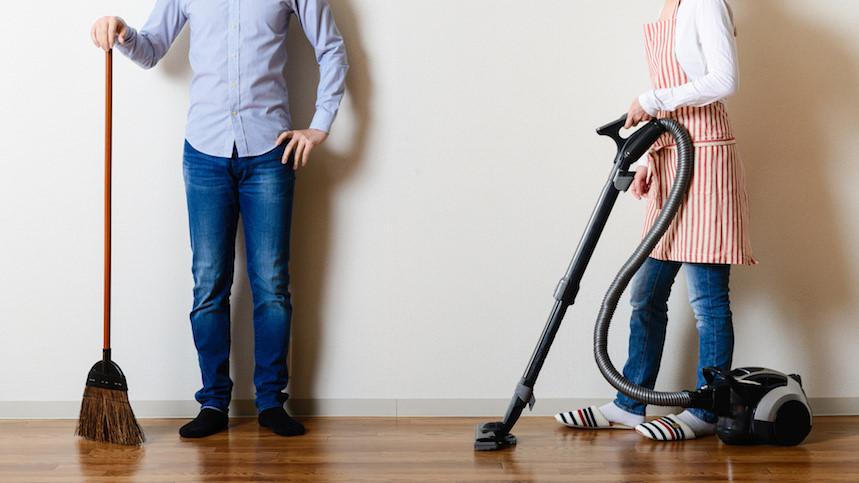 Người dân thích tắm và giữ quần áo sạch sẽ nhất. Đa số người dân Nhật Bản bị ám ảnh bởi sự sạch sẽ suốt nhiều thế kỷ. Trong quá khứ, không ít du khách phương Tây và châu Á đến Nhật Bản phải kinh ngạc về nền văn minh và độ sạch của đất nước này. Đa số mọi người đều tắm 2 lần mỗi ngày vào buổi sáng và trước khi đi ngủ. Quần áo của họ cũng tuyệt đối đơn giản, thoải mái nhưng không bao giờ mặc trùng ngày liên tiếp. Ví dụ nếu đi một đôi giày hàng tháng trời tại đường phố Nhật Bản, bạn sẽ thấy sự khác biệt hoàn toàn khi đi giày chỉ trong một ngày tại các nước khác. Ảnh: JapanInfor.