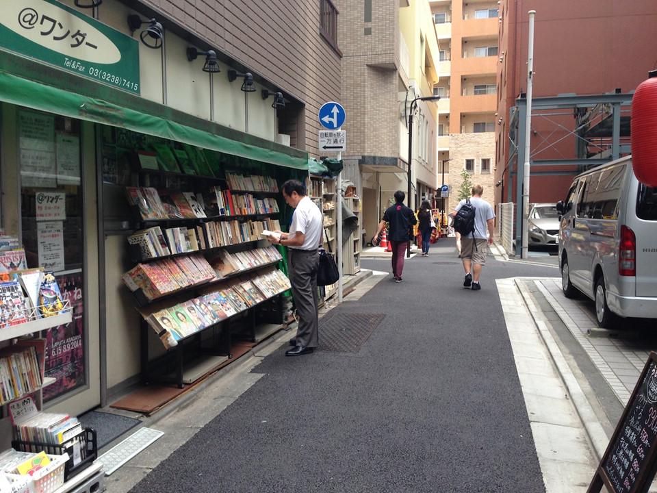 Toàn cộng đồng tham gia hoạt động tình nguyện để nhặt rác. Người dân Nhật Bản tổ chức hoạt động tình nguyện vì môi trường thường xuyên như một cách thể hiện ý thức giữ gìn vệ sinh công cộng của tất cả mọi người. Các nhóm địa phương trong cùng khu sinh sống, trường học, công ty không chỉ làm sạch không gian của nơi đó mà cả các khu vực lân cận.