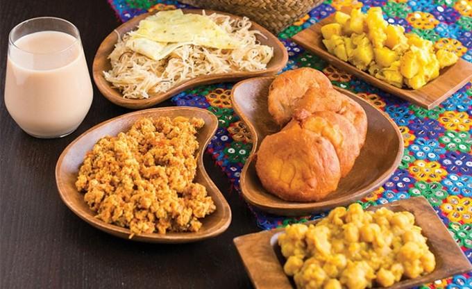 Ẩm thực truyền thống của Bahrain sẽ hấp dẫn những thực khách hợp khẩu vị người Trung Đông. Những món nổi bật là sốt houmous, viên bột đậu chiên falafel, rau trộn tabbouleh và bánh mì kẹp thịt shawarma thường xuyên xuất hiện trong thực đơn nhà hàng. Ảnh: Destination KSA.
