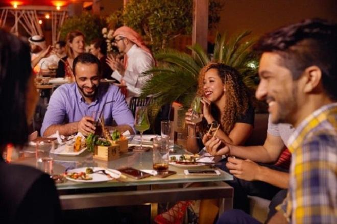 Khi người Bahrain mời bạn dùng bữa tại nhà, nếu thức ăn được đặt dưới sàn, hãy ngồi bắt chéo chân hoặc quỳ như gia chủ. Không bao giờ để chân bạn chạm vào thảm thức ăn, chỉ ăn bằng tay phải.  Bạn hãy thử mỗi món một chút, đôi khi khách danh dự sẽ được mời những món sang nhất như đầu cừu. Chừa lại một ít thức ăn khi đã hết bữa được coi là hành động lịch sự, thể hiện chủ nhà đã thiết đãi khách hào phóng. Ảnh: Cheap flights.