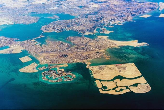 Với diện tích khoảng 760 km2, Bahrain chỉ lớn hơn hai quốc gia châu Á khác là Singapore và Maldives. Nằm ngoài khơi bờ biển phía đông Arab Saudi, Bahrain là tập hợp của những hòn đảo nhỏ với khoảng 1,4 triệu dân, theo thông số từ US News.  Theo số liệu từ Quỹ Tiền tệ Quốc tế (IMF) từ tháng 4, Bahrain xếp thứ 23 trong top 29 nước giàu nhất thế giới, với GDP đầu người hơn 50.000 USD một năm. Ảnh: Alamy.