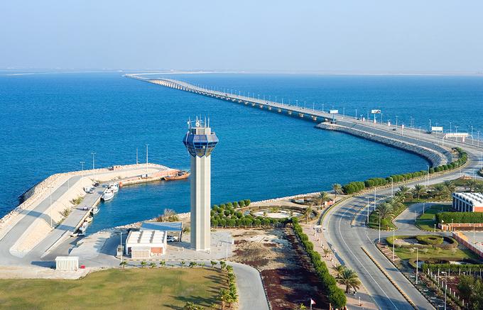 Tiểu vương quốc này là một quần đảo nhưng bạn có thể lái xe từ một quốc gia khác thẳng tới đây mà không cần phải lên phà. Con đường nối thẳng từ thành phố Al Khobar của Arab Saudi tới Bahrain có thể phục vụ 25.000 phương tiện một ngày. Ảnh: Mogaznews.