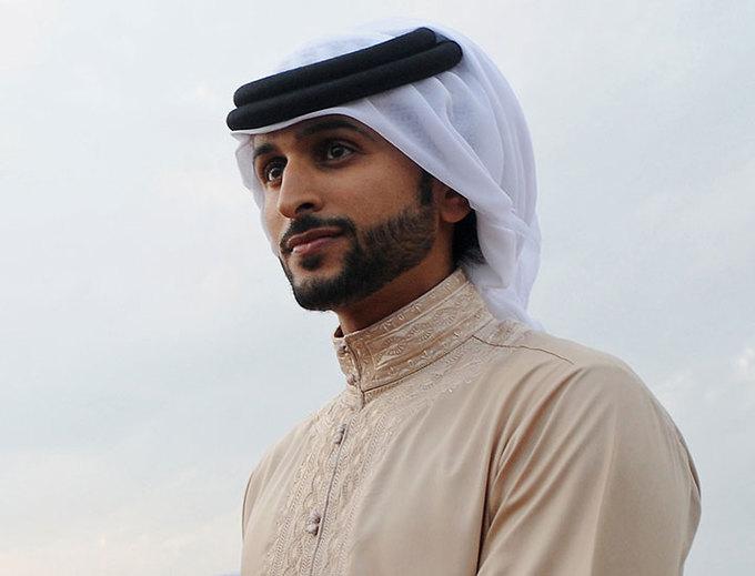 Thời trang phương Tây phổ biến ở Bahrain, nhưng một bộ phận nam giới vẫn mặc áo choàng truyền thống và khăn trùm đầu màu trắng kaffiyeh, buộc một dải dây tết từ lông lạc đà gọi là iqal trang trí công phu, đặc biệt là trong giới chính trị gia. Trong ảnh là Hoàng tử Bahrain, Sheikh Nasser bin Hamad al-Khalifa, một người bạn thân thiết với Hoàng tử Dubai. Ảnh: IBT.