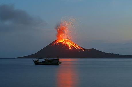 Quốc gia này có số lượng núi lửa đứng thứ 3 trên thế giới, sau Mỹ và Nga, với 139 núi lửa, theo số liệu của Bảo tàng Lịch sử Tự nhiên Mỹ. Ảnh: Crwflags.