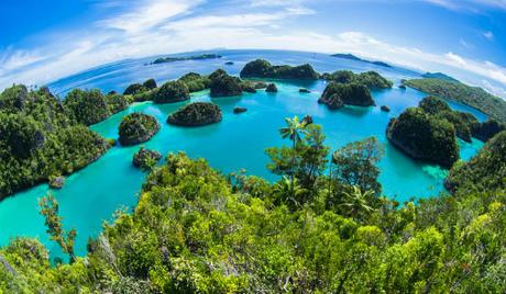 """Được tạo thành từ 18.307 hòn đảo, Indonesia là quốc đảo lớn nhất thế giới, với diện tích gần 2 triệu km2. Vùng đất này có biệt danh là """"quốc gia vạn đảo"""". Ảnh: World Atlas."""