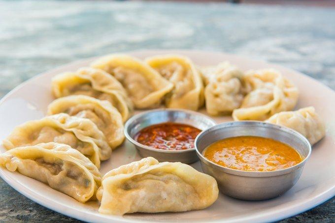 Người Nepal cũng thích món ăn nhanh có tên Momo, giống sủi cảo. Vỏ bánh làm từ bột mì, nhân đa dạng với thịt heo, thịt gà và rau, chấm nước sốt. Ảnh: Archanas Kitchen.