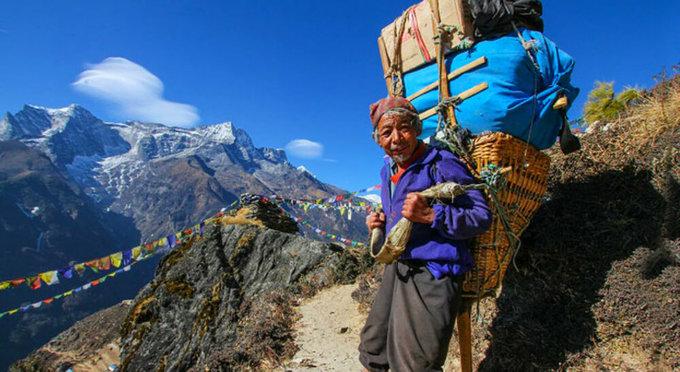 Sherpa là một cộng đồng dân tộc thiểu số sống tại vùng phía nam Nepal. Họ có nguồn gốc từ Tây Tạng, sống tập trung quanh khu vực đỉnh Everest. Nhiều người Sherpa làm hướng dẫn viên du lịch, khuân vác hay sở hữu nhà nghỉ. Ảnh: Look4ward.