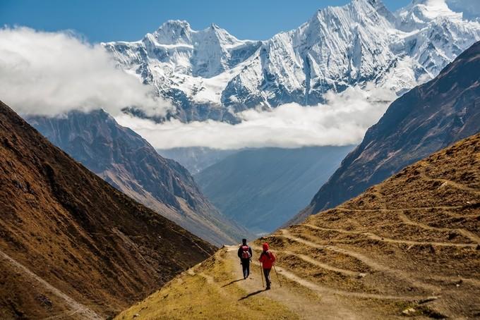 """Khoảng 75% địa hình Nepal là núi, với 8 trong 10 ngọn núi cao nhất thế giới nằm dọc biên giới đất nước. Đỉnh Everest là điểm cao nhất trên Trái đất với độ cao 8.848 m so với mặt nước biển. Nó được người Nepal gọi là Sagarmatha - mang nghĩa """"vầng trán của bầu trời"""". Ảnh: kim kim."""