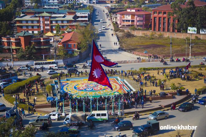 Nepal là quốc gia duy nhất trên thế giới có quốc kỳ không phải hình vuông hay chữ nhật, theo CNN. Quốc kỳ Nepal được hình thành từ hai lá cờ tam giác với biểu tượng dãy Himalaya và đại diện hai tôn giáo lớn của đất nước này là Phật giáo và Ấn Độ giáo. Ảnh: Online Khabar.