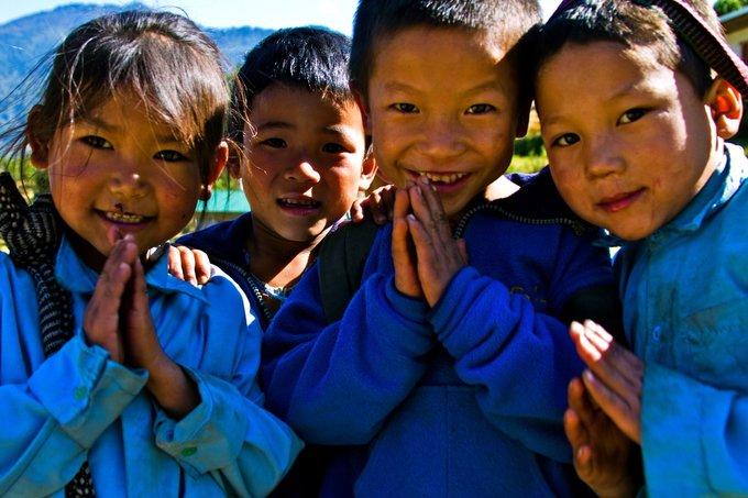 """Người Nepal thường chắp tay, cúi đầu và nói Namaste khi gặp gỡ. Namaste có nghĩa là """"Tôi cúi đầu trước thánh thần ngự trị trong bạn"""". Ảnh: Edge of Seven Alumnus Adam Sittler."""