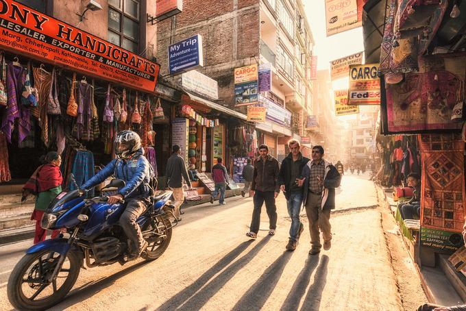 Du khách đến Nepal tránh thể hiện tình cảm quá gần gũi, trai gái ôm hôn nhau giữa chốn đông người là điều cấm kỵ. Theo Adventurea Alternative, du khách có thể thấy đàn ông Nepal nắm tay nhau khi đi dạo hoặc đứng trò chuyện, người dân coi điều này là bình thường giữa bạn bè.
