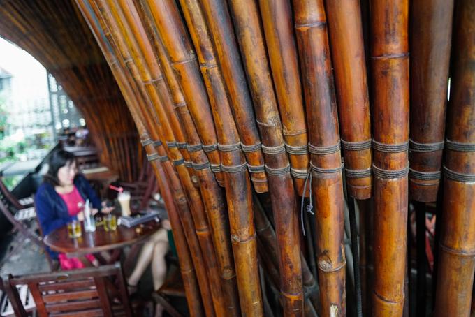 Vật liệu chính của công trình là tre nứa. Theo KTS Võ Trọng Nghĩa, người thiết kế công trình, tre được ngâm trong bùn và hun khói rồi dùng dây buộc chặt. Cấu trúc này cho gió mát thổi vào và có thể chịu được bão lốc.