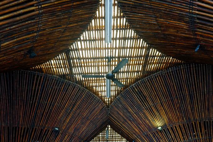 Mái nhà được lợp mái vọt tự nhiên và phủ các tấm nhựa sợi thủy tinh bên trên để ánh sáng tự nhiên vẫn có thể xuyên qua.