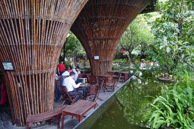 Ba phía bao quanh không gian uống cà phê là hồ nước nhân tạo. Cửa chính hướng ra đón ra mát từ dòng sông Đăk Bla thổi vào nên bên trong hầu như không phải dùng điều hòa.