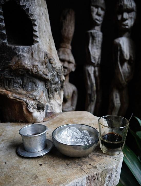 """Đồ uống có giá từ 12.000 đến 35.000 đồng. """"Ngoài không gian độc đáo, tôi nghĩ, món cà phê với hương vị riêng là điểm lôi cuốn du khách hàng chục năm nay"""", bà chủ quán nói."""