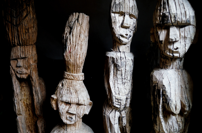 Trong quán có gần trăm bức tượng với đủ hình dáng, kích thước, biểu cảm.