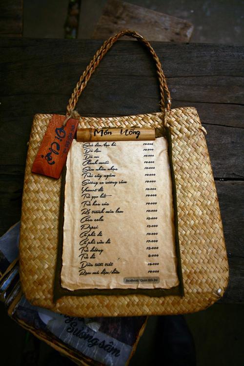 Thực đơn của quán đặt trên chiếc bị cói giới thiệu các món ăn, thức uống với giá cả phải chăng. Đồ uống có giá 14.000 đồng trở lên.