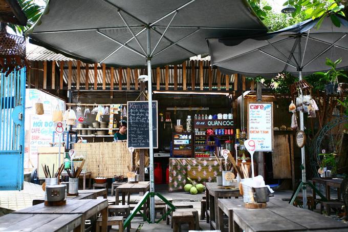 Gian bếp nằm nép một bên sân được bố trí như cửa hàng tạp hóa.