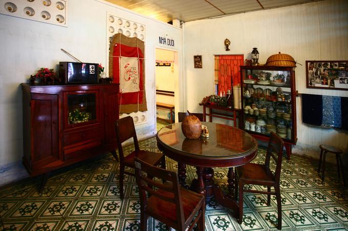 Khu nhà trên có phòng khách và bàn thờ còn khu nhà dưới là chỗ ngồi ăn uống.