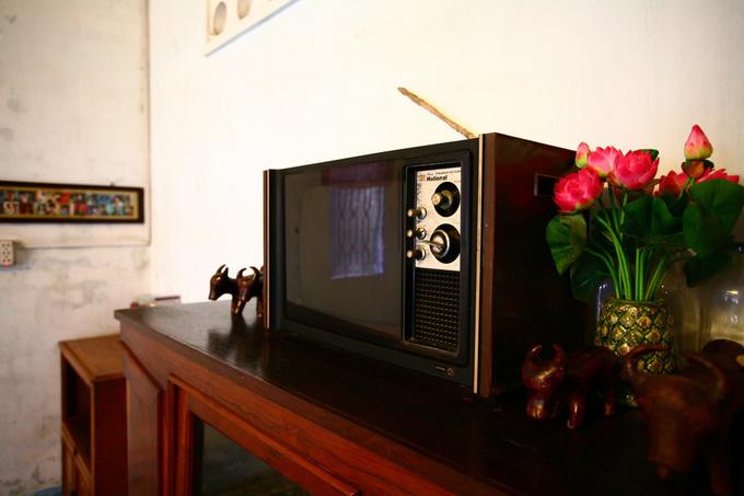 Những món đồ cũ hiện diện khiến nhiều người bồi hồi nhớ về một thuở đã xa. Chiếc tivi đen trắng từng là một tài sản lớn.