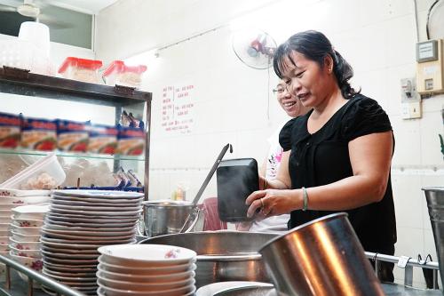 Quán ăn nằm ngay trung tâm thành phố, mở cửa từ 7h sáng đến khoảng 20h mỗi ngày.