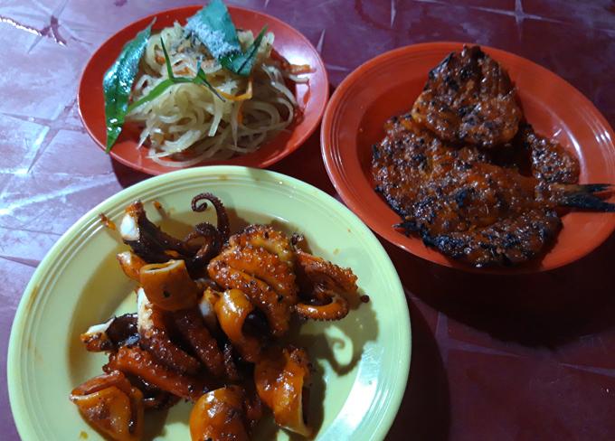 Đĩa cá hoặc bạch tuộc nướng kèm đĩa đồ chua. Khi ăn, thực khách gắp miếng cá cho lên đu đủ ngâm chua, và chấm muối ớt mới đúng điệu.