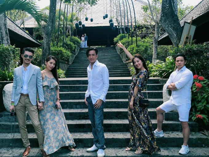 """Cô dâu chú rể đều là những người """"có máu mặt"""" trong làng giải trí nên những vị khách được mời đến đây đều là những nhân vật có tên tuổi. Mới đây nhất, """"ảnh hậu"""" Đường Thi Vịnh, tài tử Mã Quốc Minh cùng nhóm bạn tranh thủ check in và khám phá khu nghỉ nổi tiếng bậc nhất Bali này."""