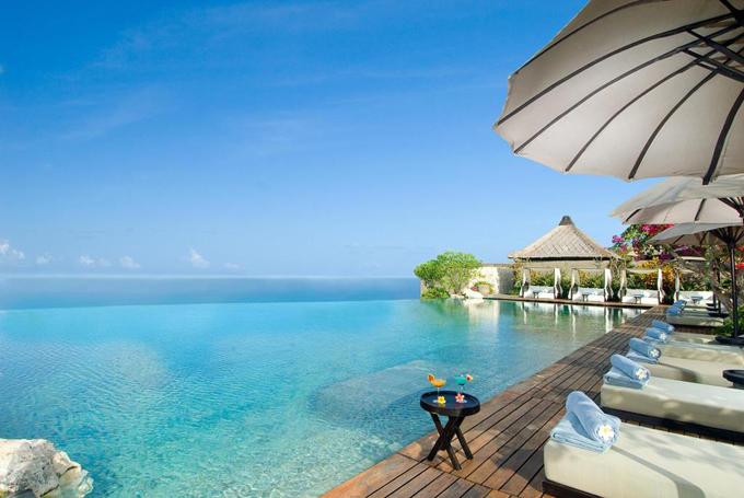 Nơi đây sở hữu nhiều biệt thự xa hoa, có hiên tắm nắng, một hồ bơi vô cực ngoài trời với thác nước và vòi phun thủy lực. Còn nếu thích tắm biển, du khách chỉ có thể tới bãi biển riêng tư dài khoảng một km, thông qua một thang máy riêng của resort. Ngoài ra, bạn có thể di chuyển quãng đường 4 km để tới bãi biển Padang Padang và 5 km để tới bãi biển Dreamland. Từ đây, du khách cũng đi khoảng 4 km là tới đền Uluwatu 4 km nổi tiếng.
