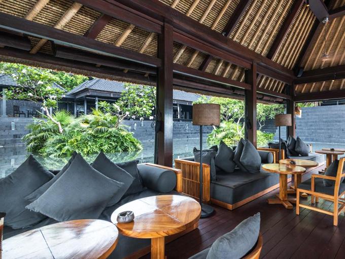 Khu nghỉ có nhiều nhà hàng, trong đó nhà hàng Sangkar phục vụ ẩm thực Indonesia và châu Á. Il Ristorante Luca Fantin phục vụ các món ăn hiện đại theo phong cách Italy, còn các món hải sản tươi sống phục vụ tại nhà hàng La Spiaggia.
