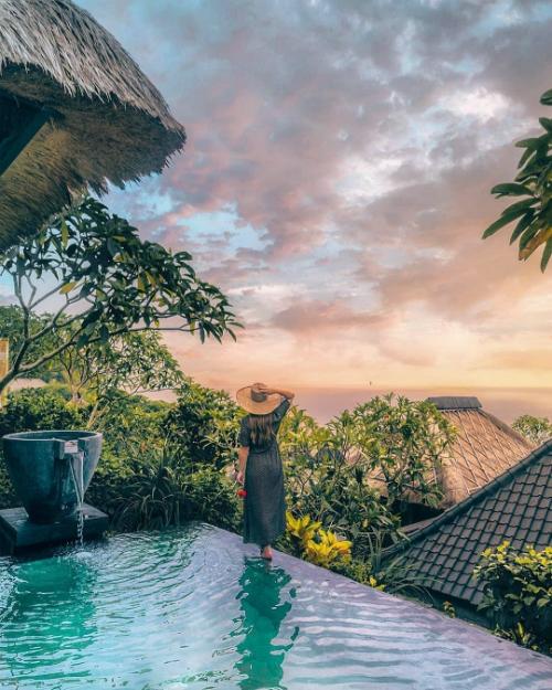 Các biệt thự rộng rãi tại Bulgari Resort Bali có lối trang trí truyền thống mang phong cách đặc trưng ở Bali. Phòng tắm bằng kính suốt từ sàn lên đến trần, nhìn ra biển. Ngoài nhu cầu ăn ở, du khách còn có thể tận hưởng cảm giác thoải mái ở 8 phòng trị liệu thảo dược trong spa hoặc thư giãn gân cốt với phòng massage.
