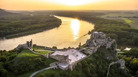 Lâu đài Devin, nơi du khách có thể nhìn thấy ba quốc gia cùng lúc. Ảnh: Visitbratislava.