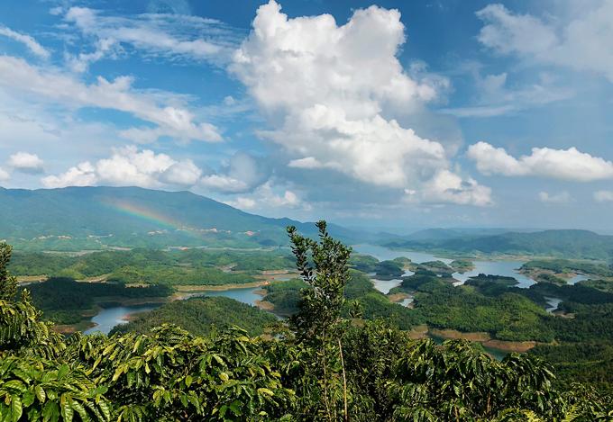 Hồ được tạo thành từ nước thủy điện Đồng Nai 3 đổ xuống.