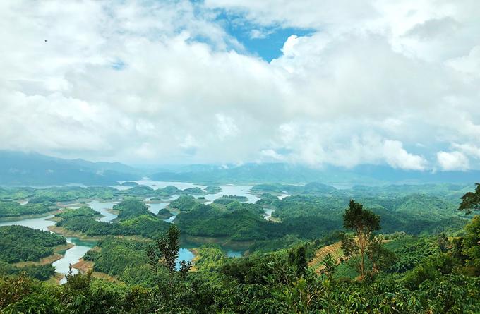 Hồ Tà Đùng, thuộc xã Đak Som, huyện Đak G'long, tỉnh Đắk Nông, nằm trong khu bảo tồn thiên nhiên Tà Đùng. Nơi đây được mệnh danh là vịnh Hạ Long thu nhỏ của Tây Nguyên.