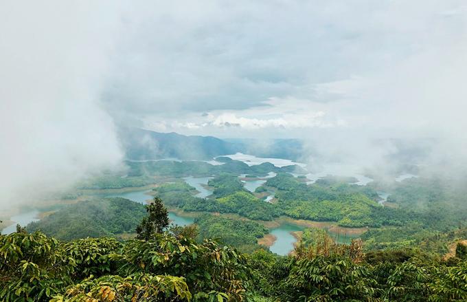 Vẻ đẹp của Hồ Tà Đùng được tạo nên từ khoảng 40 cồn lớn nhỏ trên mặt hồ, nước hồ trong xanh, mát lạnh, khí hậu cũng luôn mát mẻ và trong lành quanh năm.